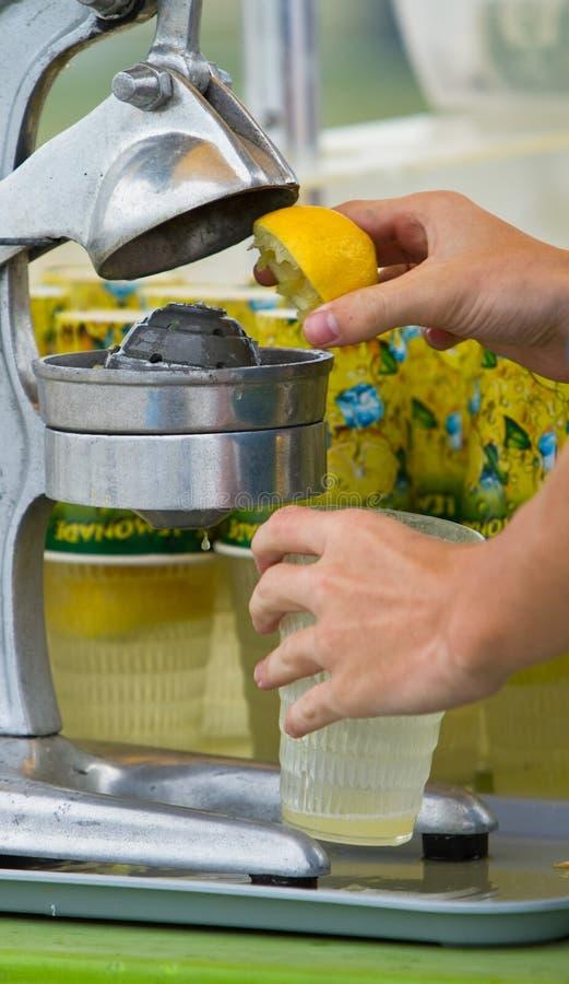 Herstellung der Limonade lizenzfreie stockfotografie