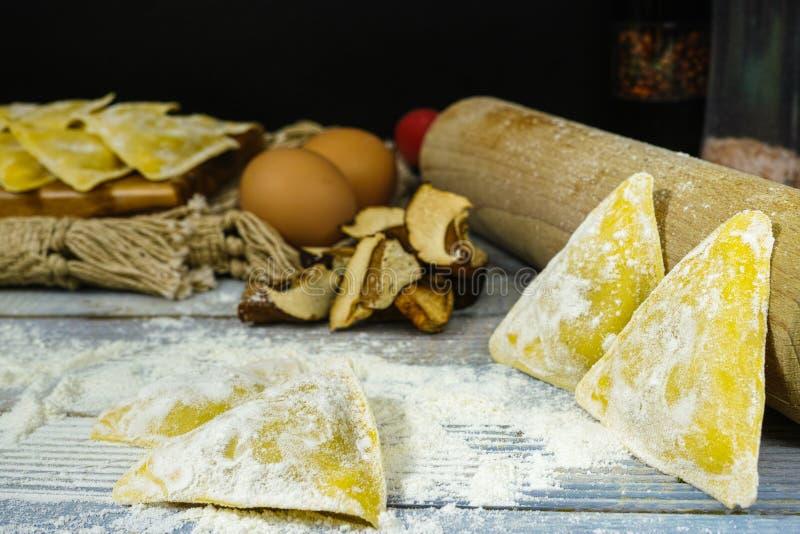 Herstellung der nach Hause gemachten Ravioli mit porcini Pilzen lizenzfreies stockfoto
