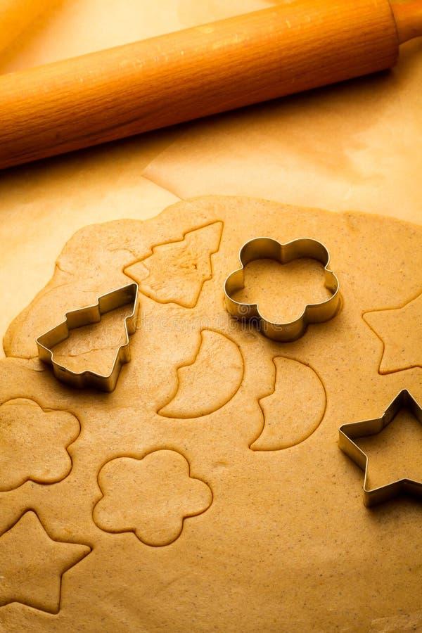 Herstellung der selbst gemachten Lebkuchenplätzchen stockbilder