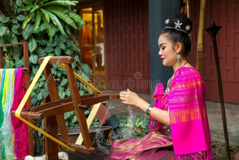 Herstellung der thailändischen Seide lizenzfreie stockfotos