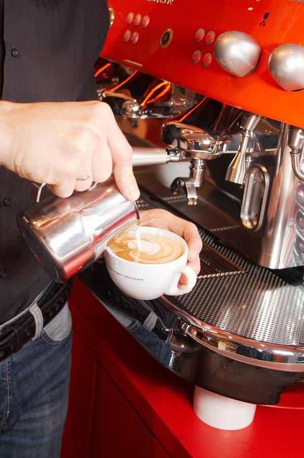 Herstellung des Cappuccinos stockfoto
