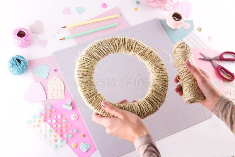 Herstellung des diy Projektes Strickende Dekoration Handwerkswerkzeuge und -versorgungen Jahreszeitausgangsvalentinsgrußtagesdeko stockbilder