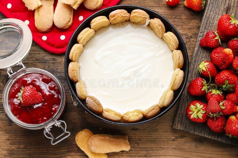 Herstellung des Erdbeerkäsekuchens lizenzfreie stockfotos