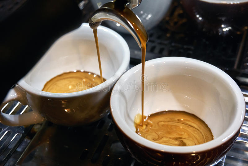 Herstellung des Espressokaffees lizenzfreie stockfotos