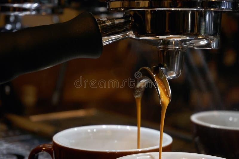 Herstellung des Espressokaffees lizenzfreie stockbilder