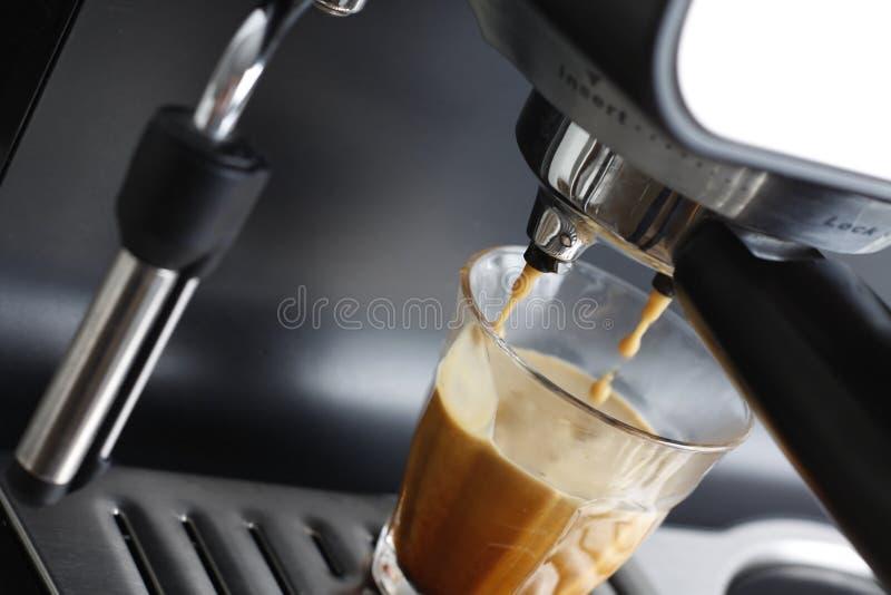 Herstellung des Espressos lizenzfreie stockbilder