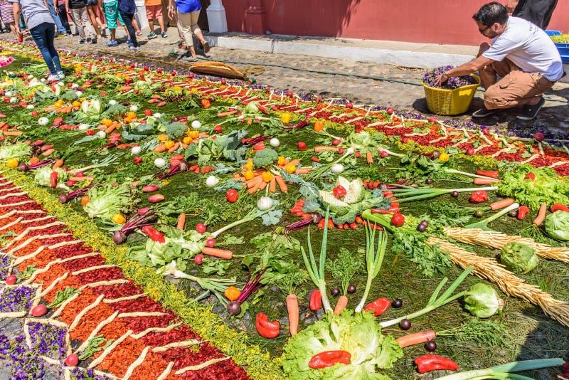 Herstellung des geliehenen Teppichs des Gemüses, Antigua, Guatemala lizenzfreie stockbilder