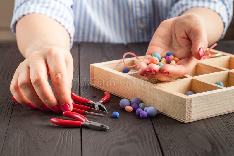 Herstellung des handgemachten Schmucks Kasten mit Perlen auf altem Holztisch stockfotos