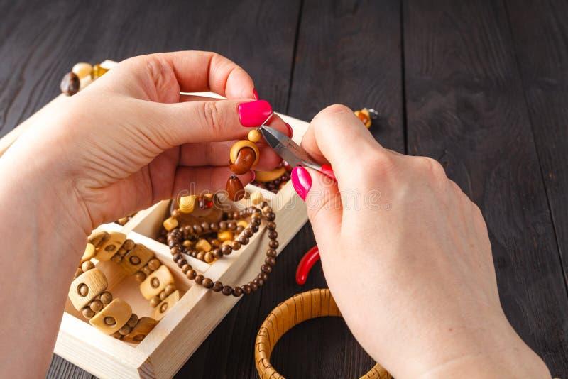 Herstellung des handgemachten Schmucks Kasten mit Perlen auf altem Holztisch lizenzfreies stockfoto