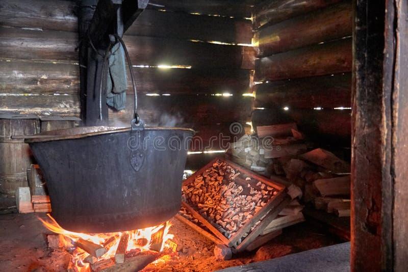 Herstellung des Hauses des Schweizer Käses in einem kupfernen großen Kessel stockfotos