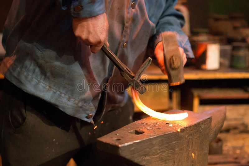 Herstellung des Hufeisens stockbilder