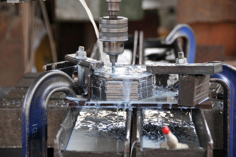Herstellung des Loches auf Metallplatten lizenzfreie stockfotos