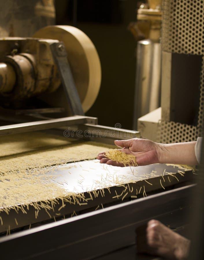 Herstellung des Makkaronis - bereites Produkt im Förderband lizenzfreie stockfotos