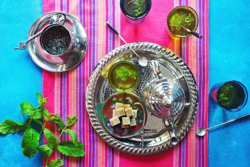 Herstellung des marokkanischen tadellosen grünen Tees stockbilder