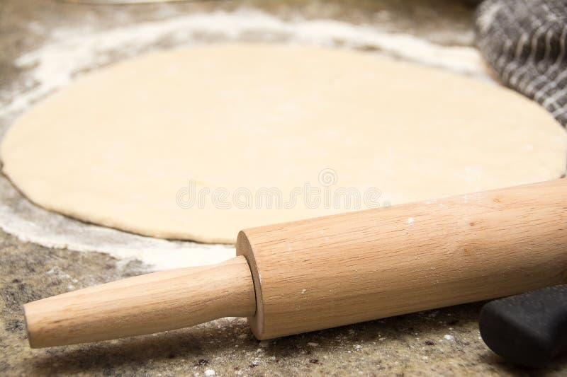Herstellung des Pizza-Teigs lizenzfreie stockfotos
