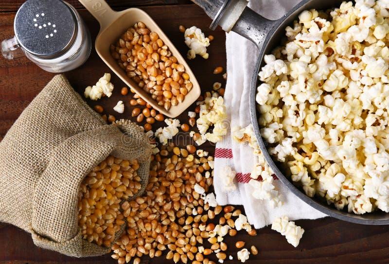 Herstellung des Popcorns lizenzfreie stockfotografie