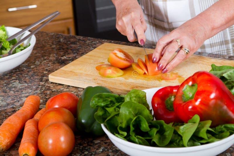 Herstellung des Salats lizenzfreies stockbild