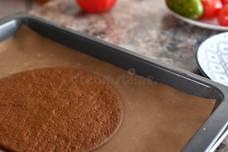 Herstellung des Schokoladen-Kuchens Mädchen backt im Ofen im Kuchenoberteil lizenzfreies stockfoto