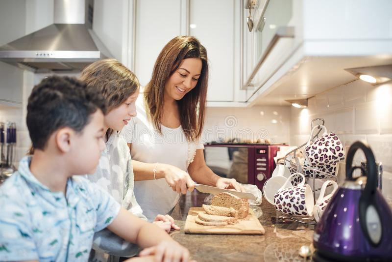 Herstellung des Toasts zum Frühstück lizenzfreies stockfoto