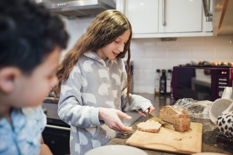 Herstellung des Toasts zum Frühstück stockbild
