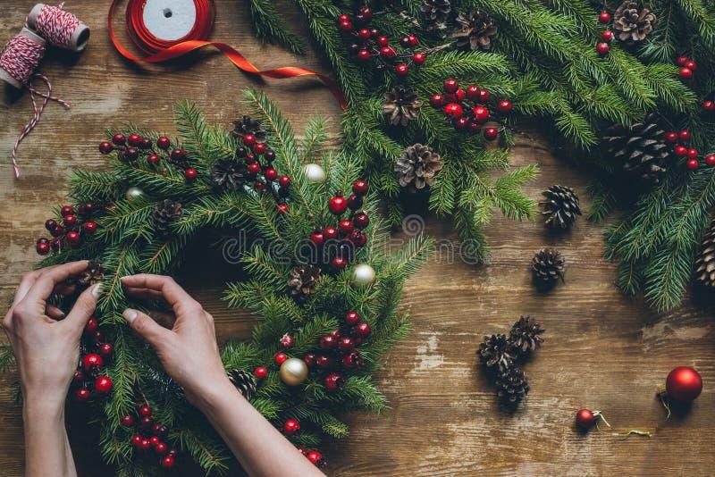 Herstellung des Weihnachtskranzes stockfotografie