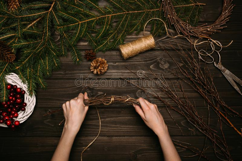 Herstellung des Weihnachtskranzes stockfotos