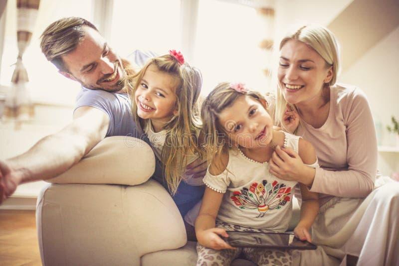 Herstellung die die meisten der Familienzeit mit intelligenter Technologie lizenzfreies stockbild