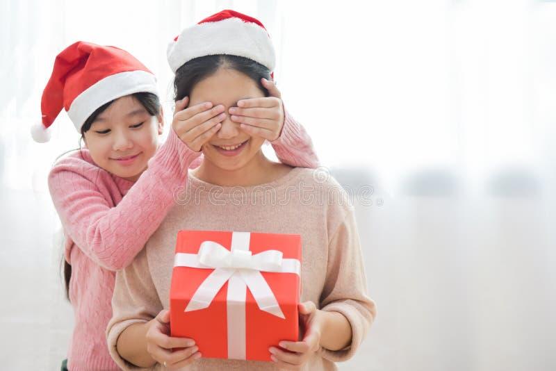Herstellung einer Überraschung für Weihnachten und neues Jahr stockfotos