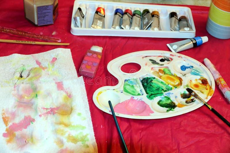 Herstellung einer Malerei mit verschiedenen Farben lizenzfreies stockfoto