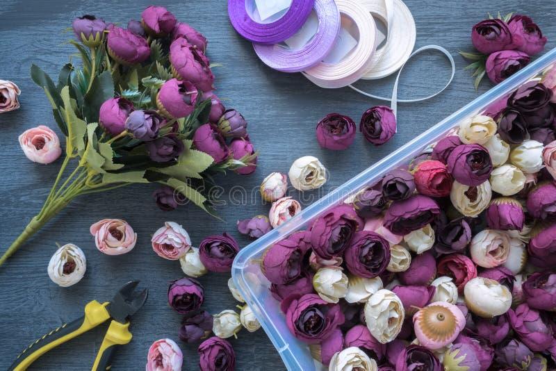 Herstellung eines Blumenstraußes der künstlichen Blume für die Heiratsverzierung und Innenraum stockbilder