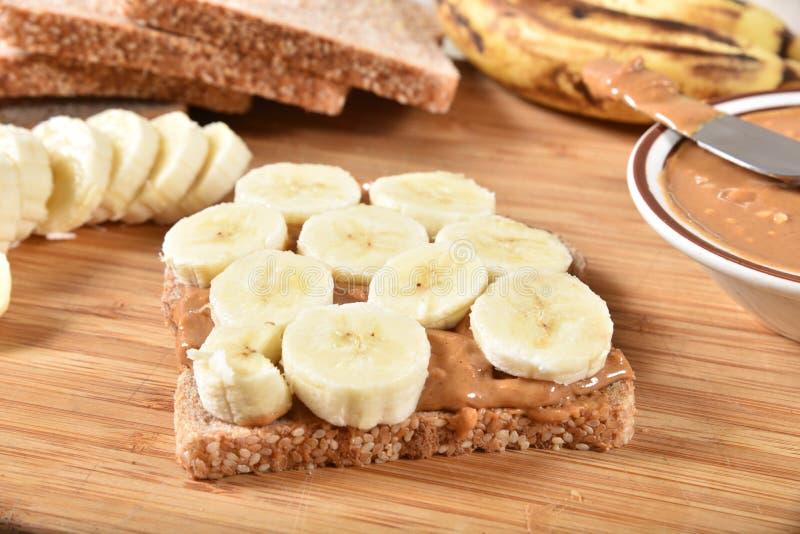 Herstellung eines Erdnussbutter-Sandwiches stockbilder