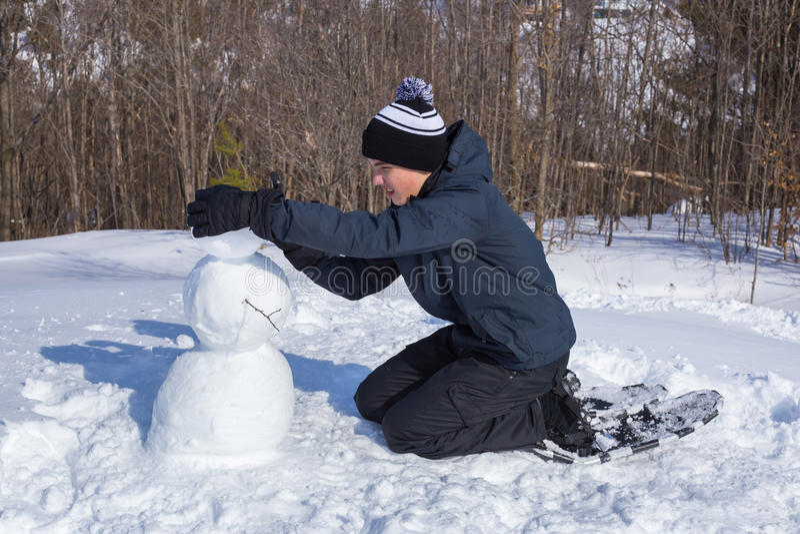 Herstellung eines Schneemanns stockbild