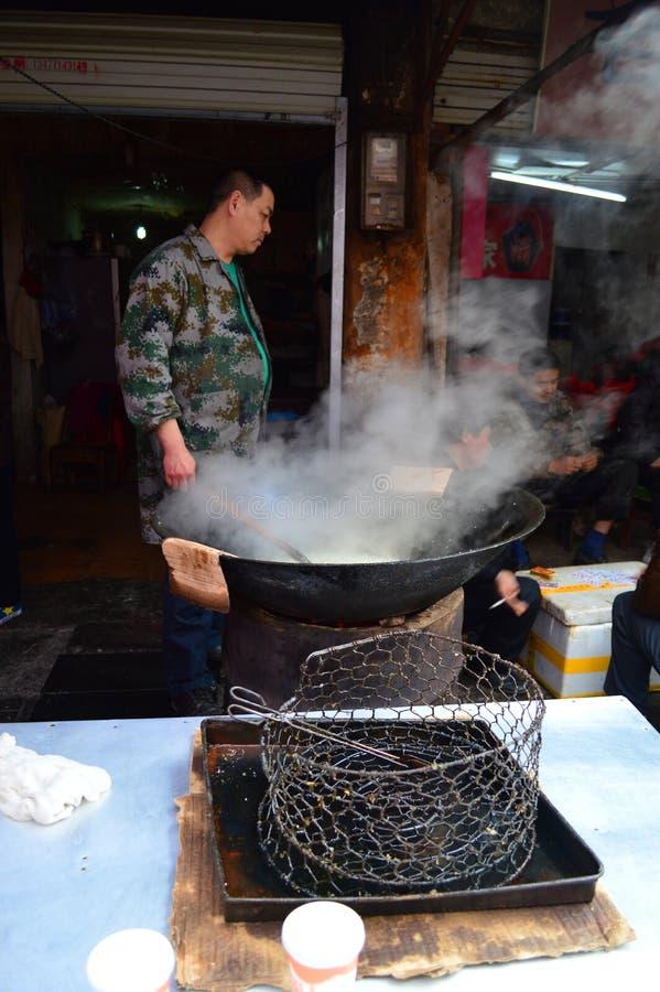 Herstellung Erdnuss spröden Yichang-Marktes stockfotos