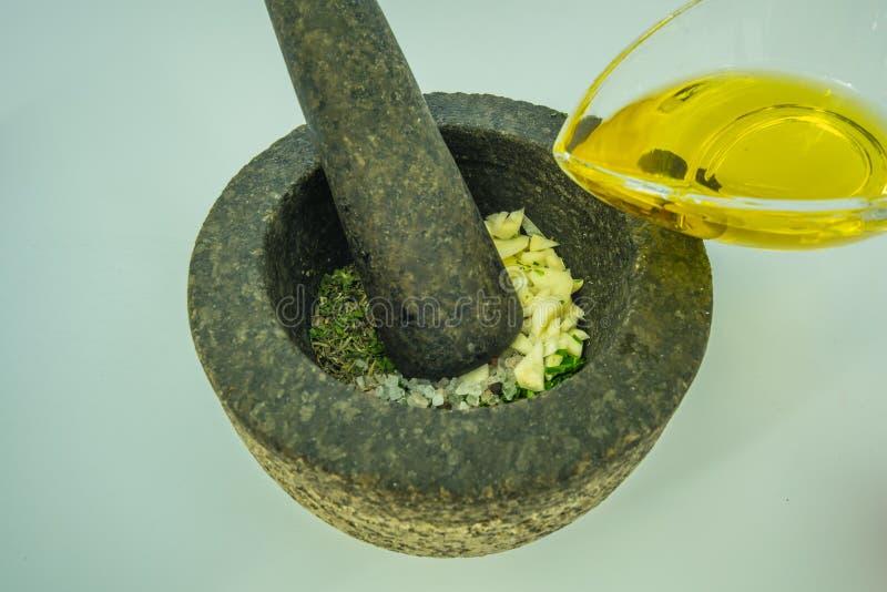 Herstellung von chimichurri Soße lizenzfreie stockfotos