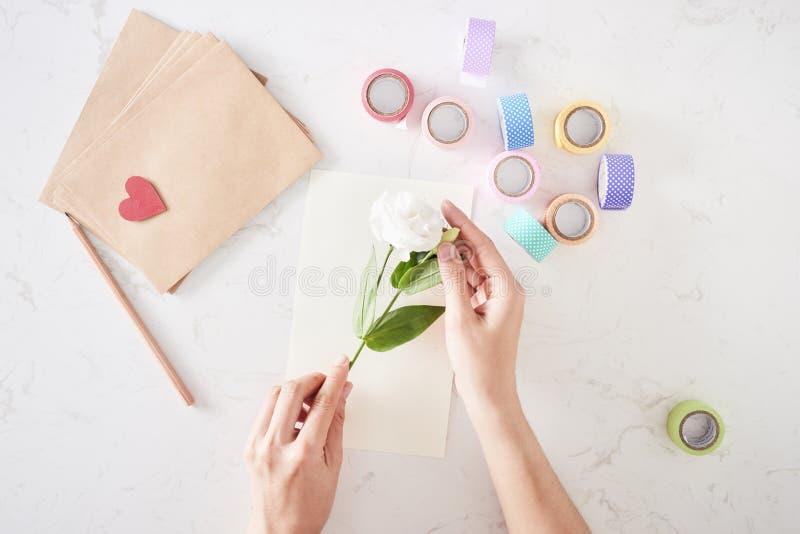 Herstellung von Dekorationen oder von Gru?karte Papierstreifen, Blume, Scheren Handgemachtes Handwerk am Feiertag lizenzfreie stockfotos