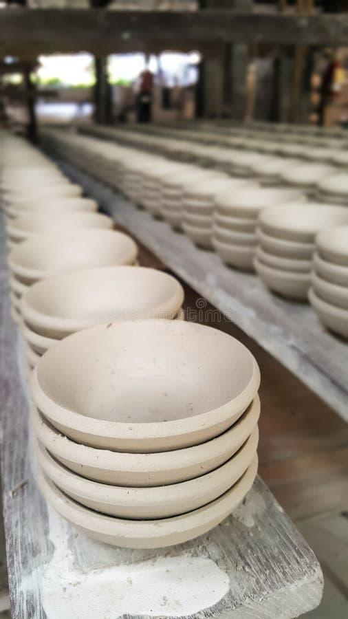 Herstellung von den traditionellen keramischen Tonwaren in Lampang-Stadt, Thailand lizenzfreies stockbild