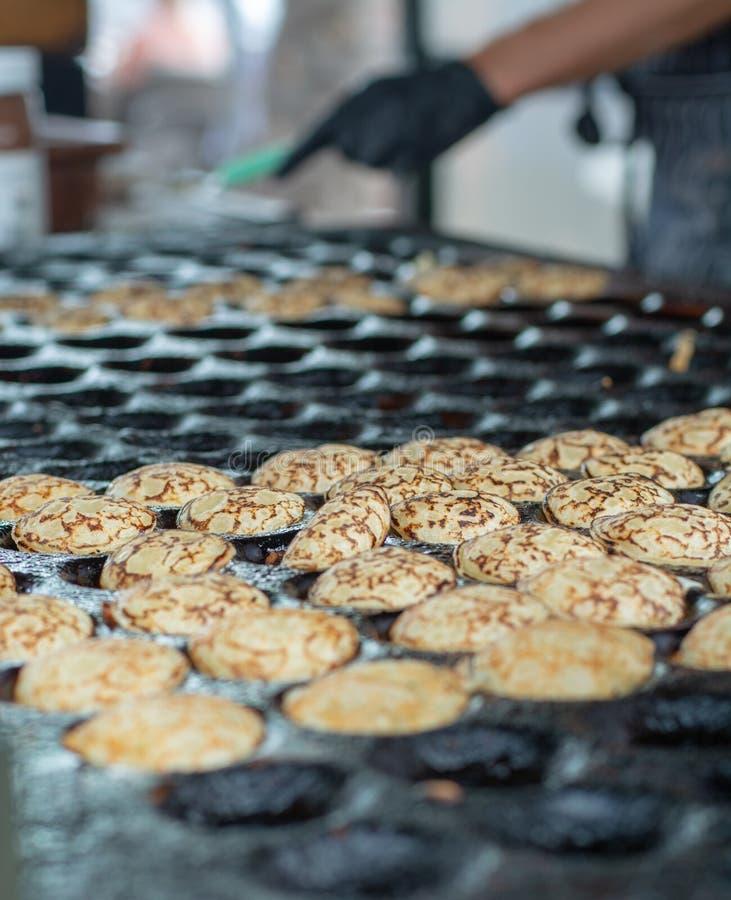 Herstellung von kleinen Pfannkuchen, traditionelle niederländische poffertjes auf Straße MA lizenzfreie stockbilder