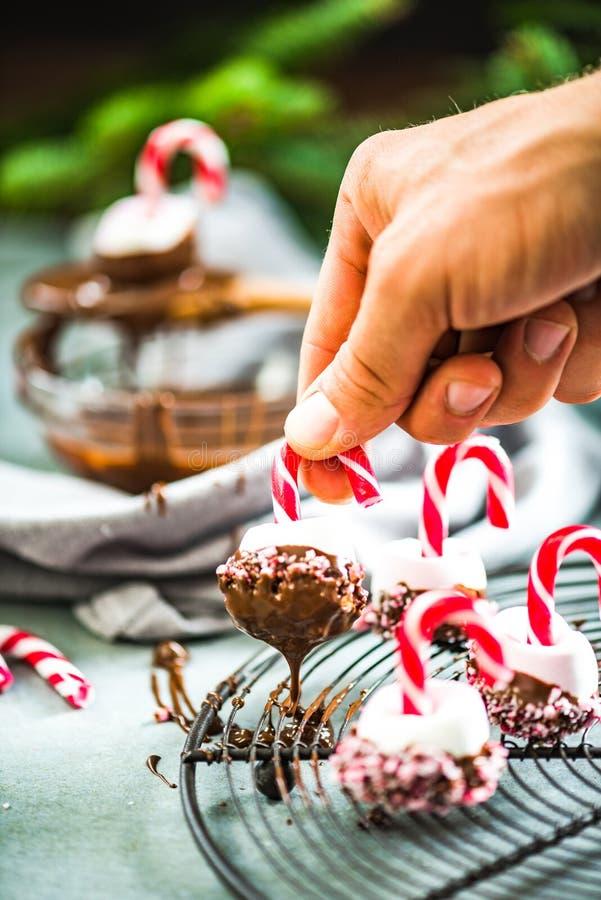 Herstellung von kreativen Weihnachtsbonbons stockfotos