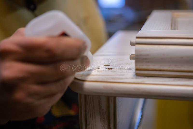 Herstellung von Möbeln vom Holz Arbeitstischler Zimmereiwerkzeuge stockbilder