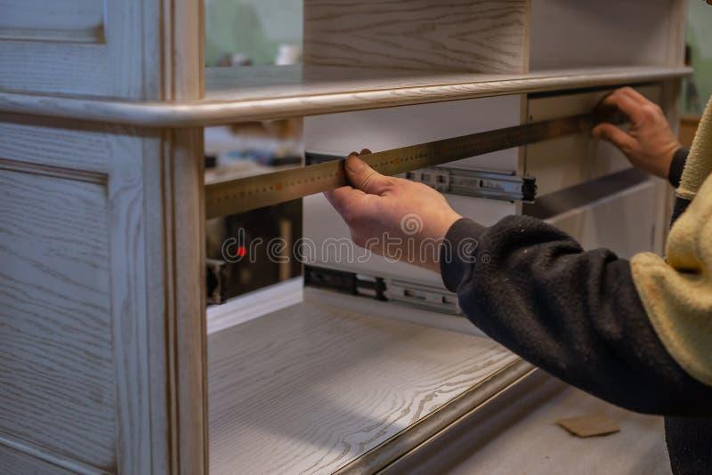 Herstellung von Möbeln vom Holz Arbeitstischler Zimmereiwerkzeuge stockfoto