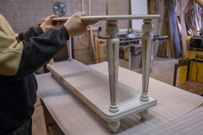 Herstellung von Möbeln vom Holz Arbeitstischler Zimmereiwerkzeuge stockfotos