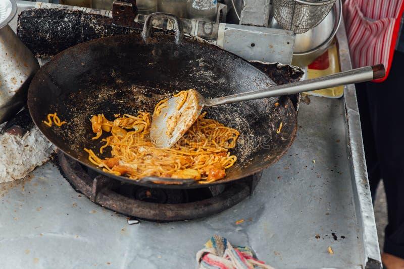Herstellung von MI Goreng vom Straßen-Lebensmittel von George Town Penang, Malaysia stockbilder