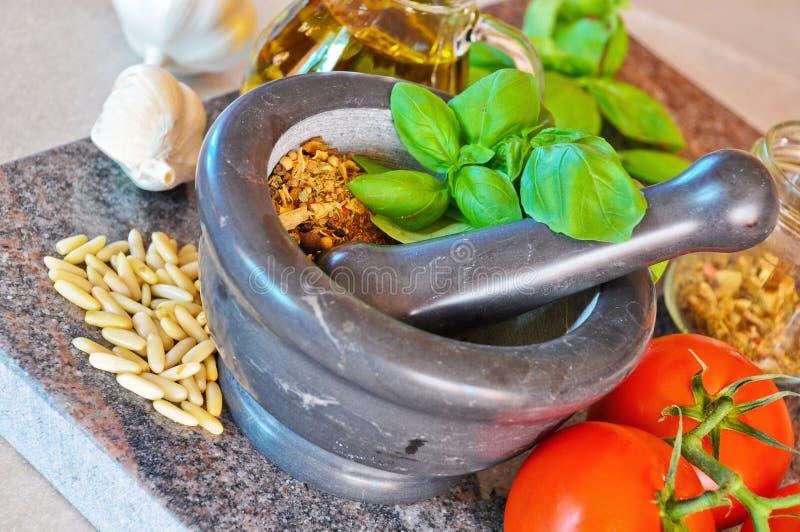 Herstellung von Pesto 1 lizenzfreie stockfotos
