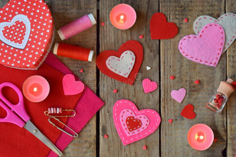 Herstellung von rosa und roten Herzen des Filzes mit Ihren eigenen Händen Valentinsgruß ` s Tageshintergrund Machendes Valentinsg stockfotos