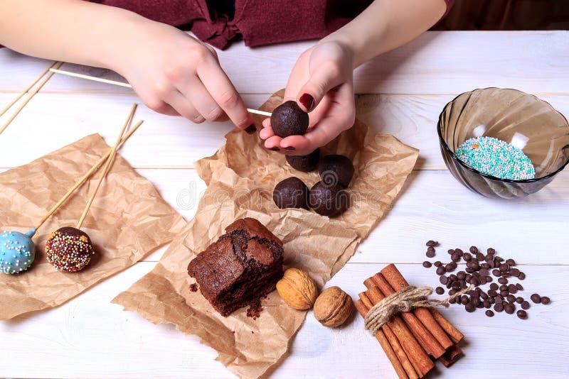 Herstellung von Schokolade popcakes Kuchen knallt die Herstellung Knall-Kuchen lizenzfreie stockfotografie