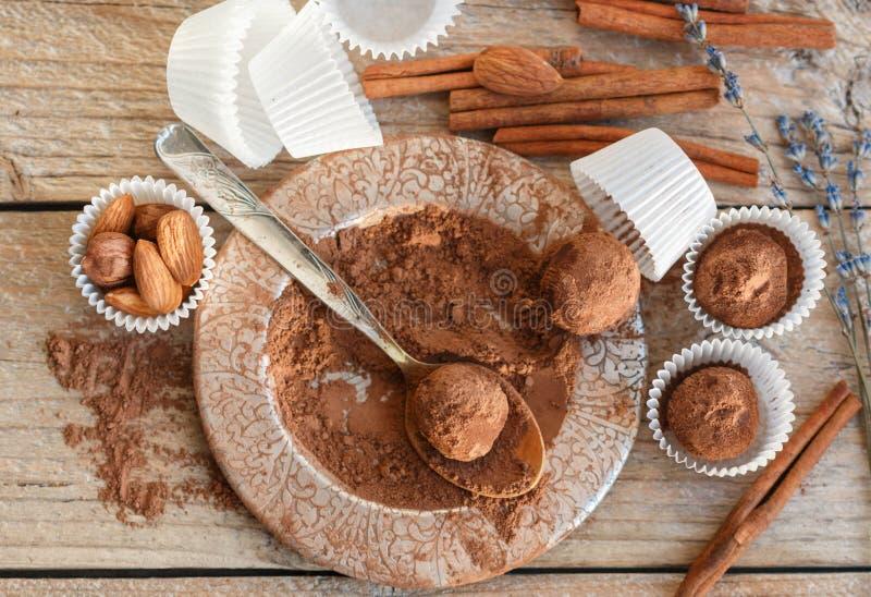 Herstellung von Schokoladentrüffeln Selbst gemachte runde Pralinen mit Mandeln und Zimt stockfotografie