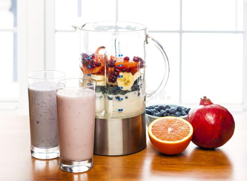 Herstellung von Smoothies in der Mischmaschine mit Frucht und Jogurt stockbild