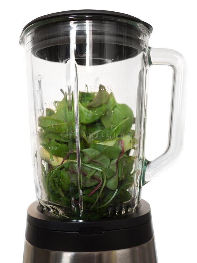 Herstellung von Smoothies in der Mischmaschine mit grünen Spinat Blättern und avocad stockfotografie