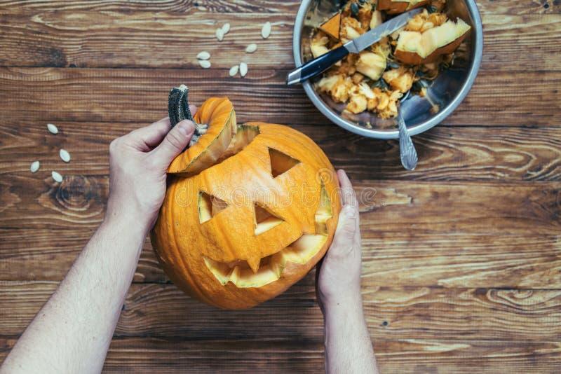 Herstellung von Steckfassung pumpkinhead lizenzfreie stockfotografie