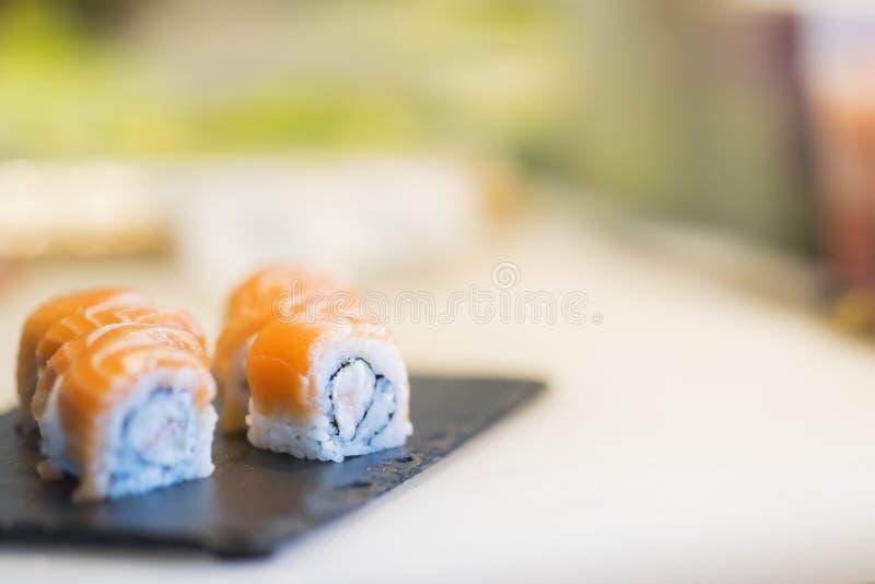 Herstellung von Sushi im japanischen Restaurant lizenzfreie stockfotos